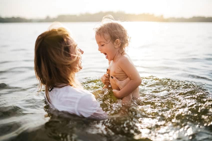 Mere et fille dans l'eau - Lac des Sables